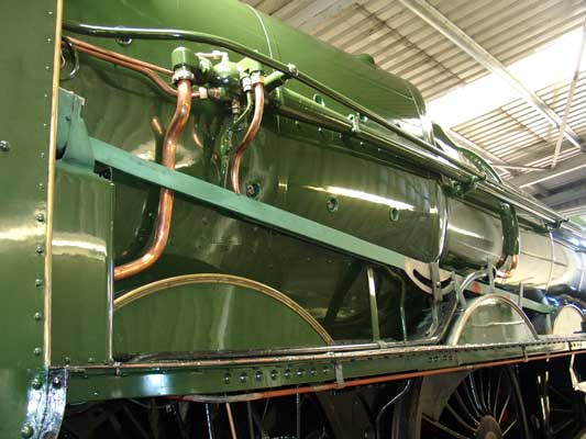 The first green top coat is on now. Meanwhile the reversing rod had been undercoated. August 07 2004