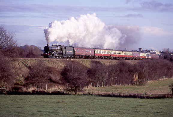 5029 Nunney Castle climbs Hatton Bank at Budbrooke on her way to Stratford. December 18 1994
