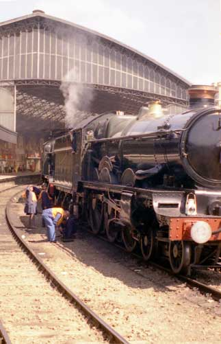 5051 Drysllwyn Castle & 4930 Hagley Hall await 'The Great Western Limited' at Bristol Temple Meads.
